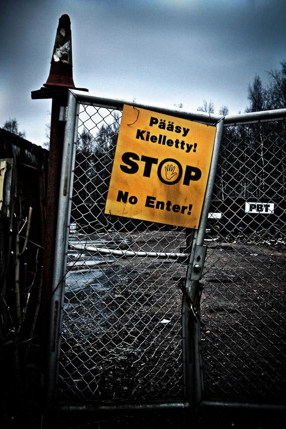 Pääsy kielletty Tattarisuo teollisuusalue Helsinki romukauppa romuauto rappioromantiikka valokuva photo photography